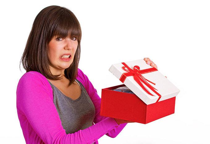 Мужчина не делает подарков женщине