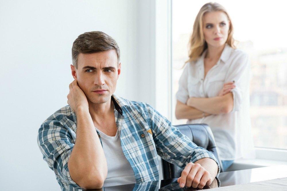 Мужчина общается с бывшей женой