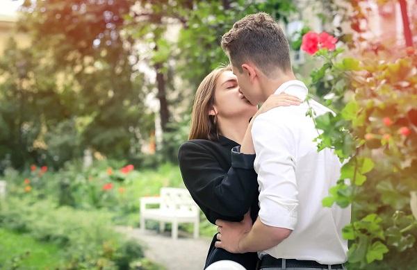 целоваться с парнем в губы